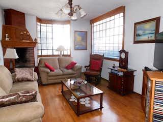 Una sala de estar llena de muebles y una televisión de pantalla plana en Casa en Venta en Villa Quietud Coyoacán