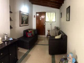 Una sala de estar llena de muebles y una ventana en casa venta Santa Monica  Medellin