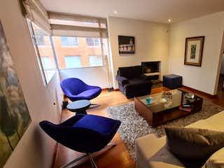 Una sala de estar llena de muebles y una televisión de pantalla plana en Apartamento En Venta En Bogota La Cabrera