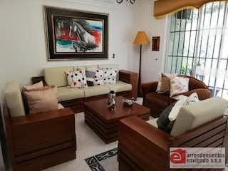 Una sala de estar llena de muebles y una ventana en CEIBA BRUJA