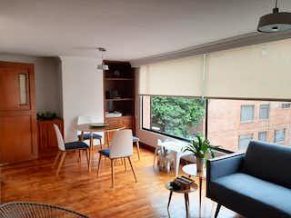Una sala de estar llena de muebles y una televisión de pantalla plana en Venta de Apartamento en el Chicó