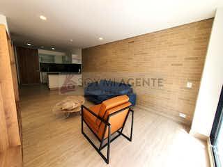 Una sala de estar llena de muebles y un suelo de madera en Apartaestudio para estrenar con terraza en Chapinero Alto