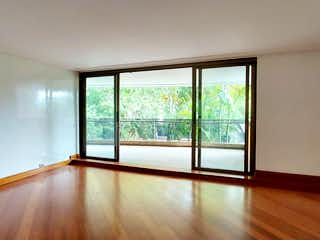 Una habitación con una cama y una ventana en APARTAMENTO PARA LA VENTA EN EL POBLADO, SECTOR MILLA DE ORO