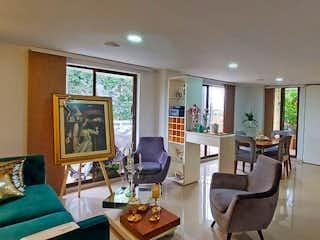 Una sala de estar llena de muebles y una televisión de pantalla plana en VENTA DE APARTAMENTO EN LAS LOMAS