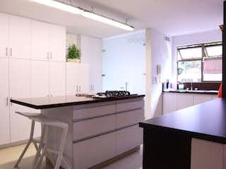 Una cocina con fregadero y nevera en APARTAMENTO EN VENTA EN ALEJANDRIA, EL POBLADO - MEDELLIN.