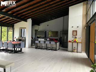 Una sala de estar llena de muebles y una chimenea en CASA CAMPESTRE EN VENTA ALTO DE LAS PALAMAS, LA ACUARELA - ENVIGADO