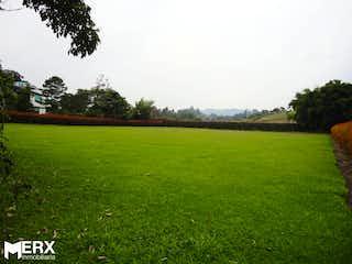 Una vista de un campo herboso con árboles en el fondo en VENTA LOTE EN LLANOGRANDE VEREDA VILACHUAGA