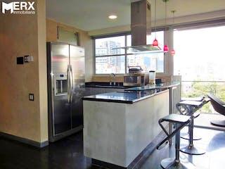Una cocina con una estufa y un refrigerador en APARTAMENTO PENTHOUSE EN VENTA DUPLEX EN LA TOMATERA, EL POBLADO .