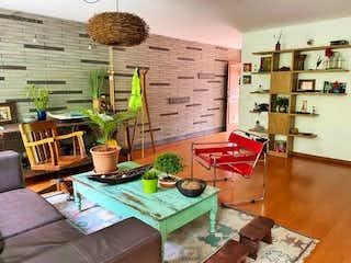 Una sala de estar llena de muebles y una planta en maceta en CASA EN VENTA ALTOS DEL POBLADO, EL POBLADO - MEDELLIN