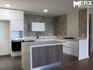 Una cocina con armarios blancos y electrodomésticos blancos en APARTAMENTO PARA LA VENTA EN LAS BRUJAS - ENVIGADO.