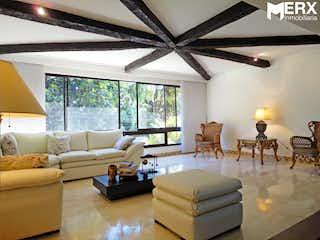 Una sala de estar llena de muebles y una lámpara de araña en APARTAMENTO PARA LA VENTA EN ASTORGA, EL POBLADO - MEDELLN.