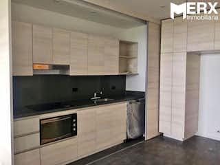 Una cocina con una estufa de fregadero y microondas en APARTAMENTO EN VENTA EN ALTO DE LAS PALMAS, ENVIGADO - ANTIOQUIA