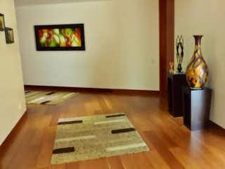 Una sala de estar llena de muebles y un suelo de madera en Edificio Santa Ana