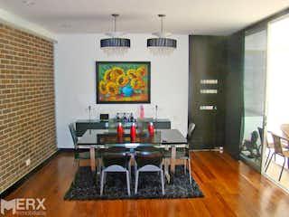 Una sala de estar llena de muebles y una televisión de pantalla plana en VENTA APARTAMENTO EN LOS PARRA EL POBLADO