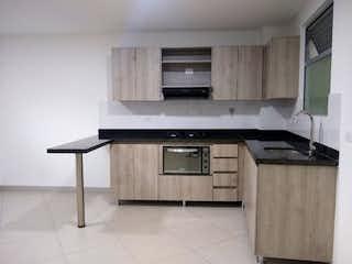 Una cocina con una estufa de fregadero y microondas en Se vende apartamento nuevo - Envigado - Sector polideportivo Sur