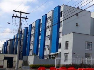 Un edificio alto con un reloj en el costado en Apartamento En Venta En Bogota La Campiña
