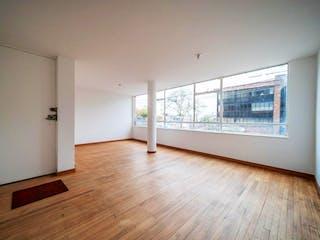Una sala de estar con suelos de madera dura y una ventana en Apartamento En Venta En Bogota San Felipe-Barrios Unidos