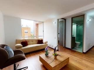 Una sala de estar llena de muebles y un suelo de madera en Apartamento en venta en Almendros con Jardín...