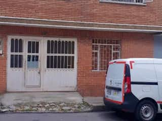 Un coche estacionado delante de una casa en Casa en venta en La Estrada de 5 habitaciones