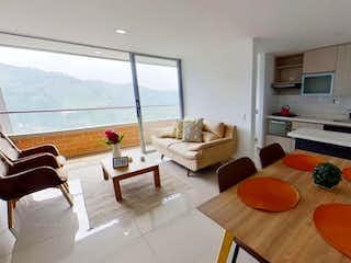 Una sala de estar llena de muebles y una mesa en Apartamento en venta en Calle Larga de 3 alcobas