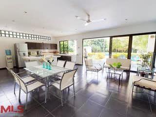 Una sala de estar llena de muebles y una mesa en Tierra Del Sol (Sopetrán)
