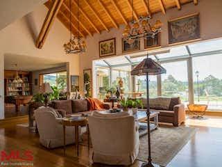 Una sala de estar llena de muebles y una lámpara de araña en No aplica