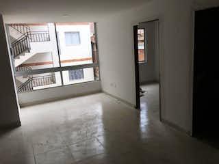 Una cocina con nevera y una ventana en Apartamento venta  la milagrosa medellin