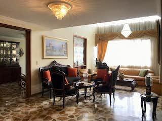 Una sala de estar llena de muebles y una ventana en Casa En Venta En Bogota La Floresta