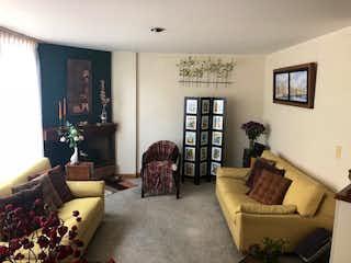Una sala de estar llena de muebles y una chimenea en Casa En Venta En Bogota Cedritos