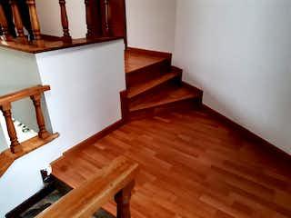 Un banco de madera sentado en medio de una habitación en VENTA CASA EN NORMANDIA CS-010