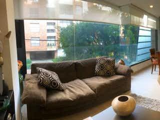Una sala de estar llena de muebles y una gran ventana en VENTA APARTAMENTO EN CHICO RESERVADO         AP-214