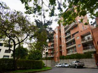 Una calle de la ciudad con un edificio y árboles en VENTA APARTAMENTO BOSQUE MEDINA APD-213