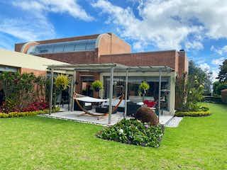 Una casa que está sentada en la hierba en  VENTA CASA EN SAN SIMON  CS-003