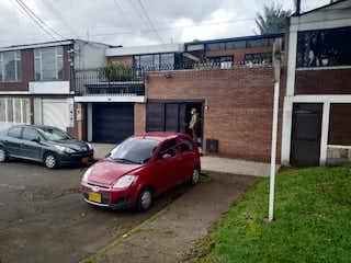 Un coche rojo estacionado delante de un edificio en VENTA CASA LA ESMERALDA CON NEGOCIO  ACREDITADO CS-009