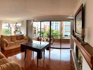Una sala de estar llena de muebles y una ventana en Apartamento en venta en Barrio La Carolina, de 240mtrs2