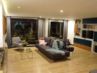 Una sala de estar llena de muebles y una televisión de pantalla plana en Apartamento en venta en Rosales, 120mt