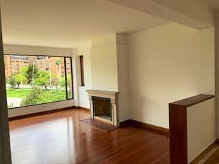 Una sala de estar llena de muebles y una televisión de pantalla plana en Apartamento en venta en Bella Suiza, 180mt