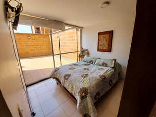 Una cama sentada en un dormitorio junto a una ventana en Venta de Apartamento Calasanz