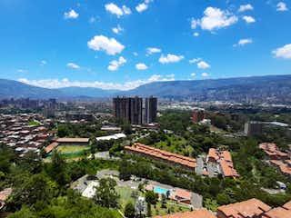 Un grupo de personas de pie en la cima de una colina en Apartamento con excelente vista a la ciudad