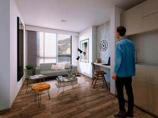 Un hombre está de pie en una sala de estar en URBAN APARTAESTUDIOS