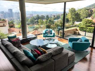 Una sala de estar llena de muebles y una gran ventana en Casa Triplex con terraza en venta en Santa Ana Oriental