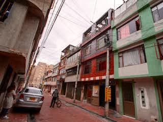 Un hombre montando en bicicleta por una calle en Casa En Venta En Bogota Cantalejo