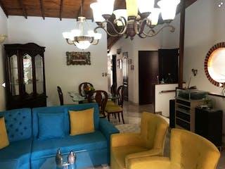 Una sala de estar llena de muebles y una gran ventana en Casa en venta en Santa Mónica con acceso a Balcón