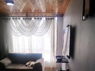 Una sala de estar llena de muebles y una ventana en Apartamento en venta en Barrio restrepo, de 65mtrs2