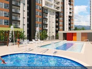 Un hombre en una tabla de surf en una piscina en apartamento venta loma los bernal medellin