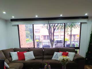 Una sala de estar llena de muebles y una televisión de pantalla plana en Casa En Venta En Bogota Modelia