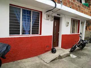 Una habitación que tiene una cama y una ventana en Casa en venta en La Aldea de 2 hab.