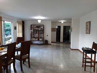 Una sala de estar llena de muebles y una mesa en Apartamento en venta en Las Acacias de 3 hab. con Balcón...