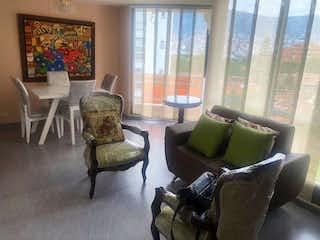 Una sala de estar llena de muebles y una gran ventana en Apartamento en venta en La Candelaria, 86m² con Jardín...
