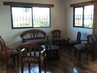Una sala de estar llena de muebles y una ventana en Casa en venta en Casco Urbano Guarne, de 4000mtrs2